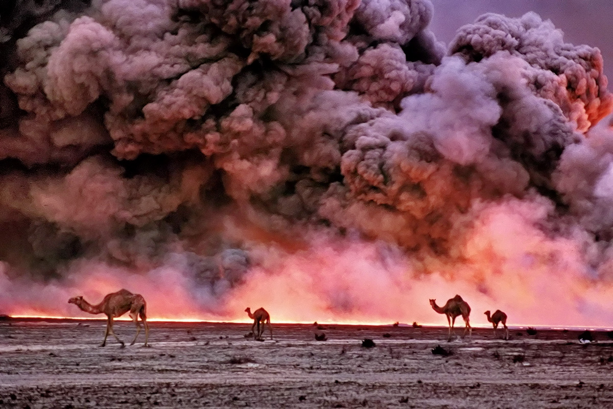 Bruno Barbey. Magnum Photos. Burgan oil fields burning, Kuwait. 19913